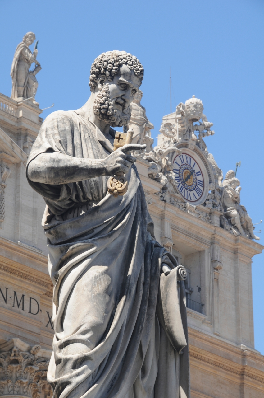 Statue of Peter in front of the basilica